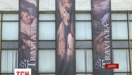 """У Дніпрі прихильниця """"русского міра"""" напала на ветерана АТО в оперному театрі"""