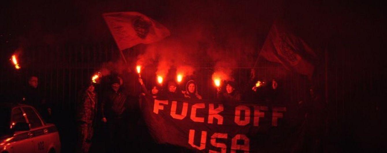 У Москві нацболи закидали фаєрами резиденцію посла США