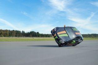 Финский каскадер разогнался на автомобиле на двух колесах до 186 км/ч