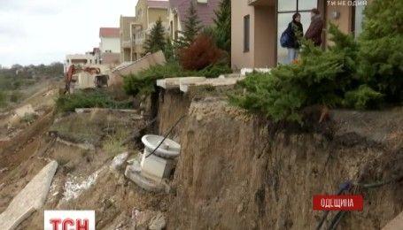 В Одесской области несколько многоэтажек и канализационный коллектор под угрозой разрушения от оползней
