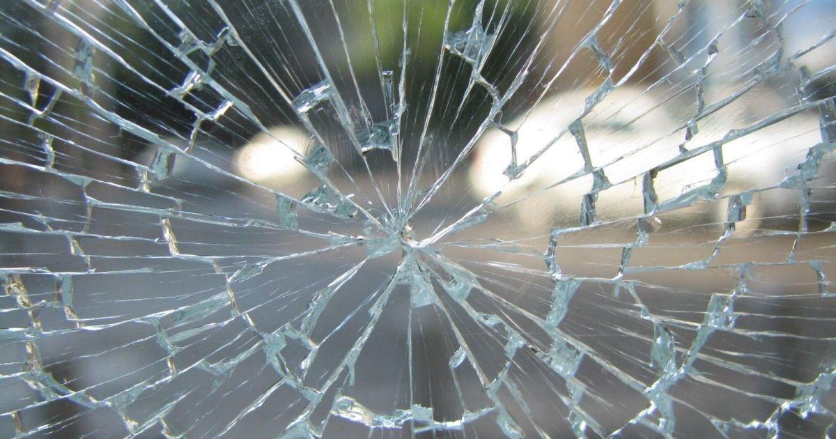 В Киеве женщина-бомж разбила стеклянные двери банка, чтобы погреться