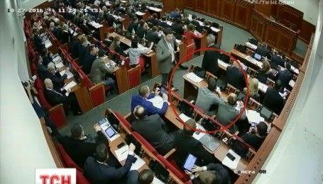 Скандал в Киевсовете: вместо одного из депутатов в течение дня голосовал посторонний человек
