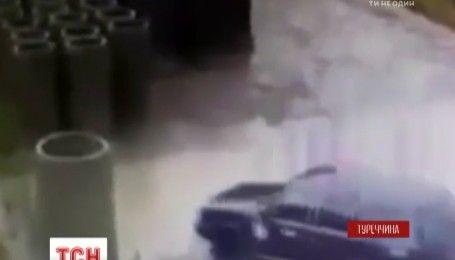 Опасная парковка: турецкий автомобилист перепутал бассейн с лужей