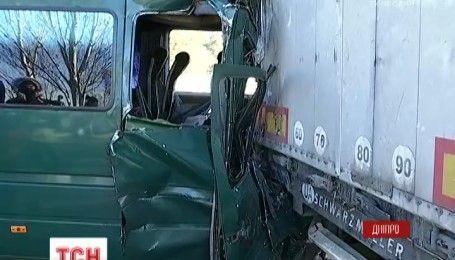 В Дніпрі заповнена пасажирами маршрутка на швидкості врізалась у вантажівку
