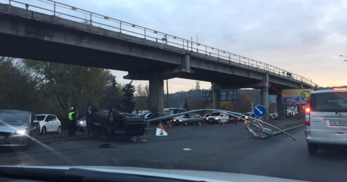 """У Києві рух мостом """"Метро"""" паралізувало через аварію"""