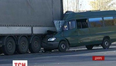 Внаслідок ДТП у Дніпрі постраждало 10 людей
