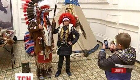 Экспонаты на ощупь: в Днепре музейщики приглашают на необычные посещения