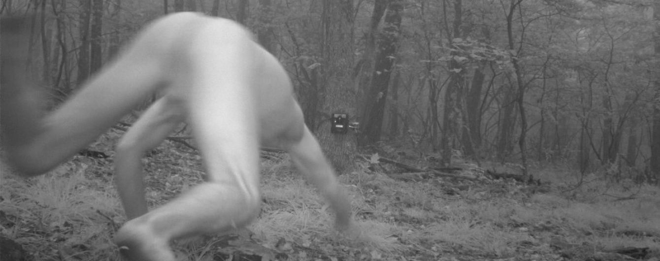 Камери для спостереження за тваринами сфотографували повністю оголеного чоловіка