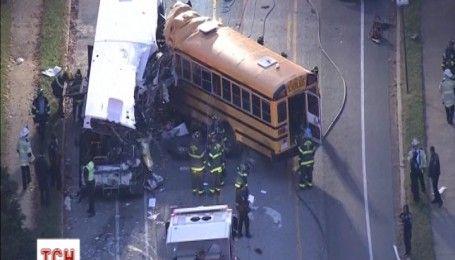 Шкільний автобус зіткнувся із приміським в США, є постраждалі