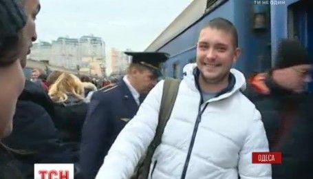 Оркестр і подарунки: в Одесі зустріли двомільйонного туриста, який прибув до міста в цьому році