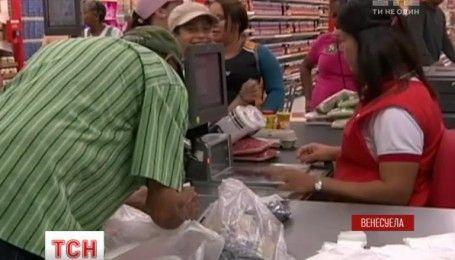 В венесуэльских магазинах начали взвешивать купюры при оплате за товарыс