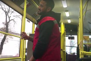 Сексапільний кондуктор тролейбуса в Києві підкорив своїми танцями