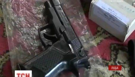 Пістолети, балаклави і набої: поліція знайшла у квартирі 20-річного лучанина арсенал зброї