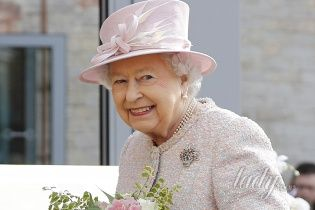 Королева Елизавета II предстала перед публикой в романтическом образе