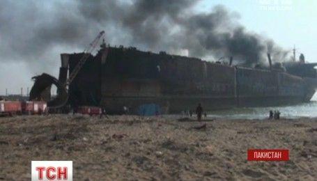 В пакистанском порту пытаются третий день потушить танкер