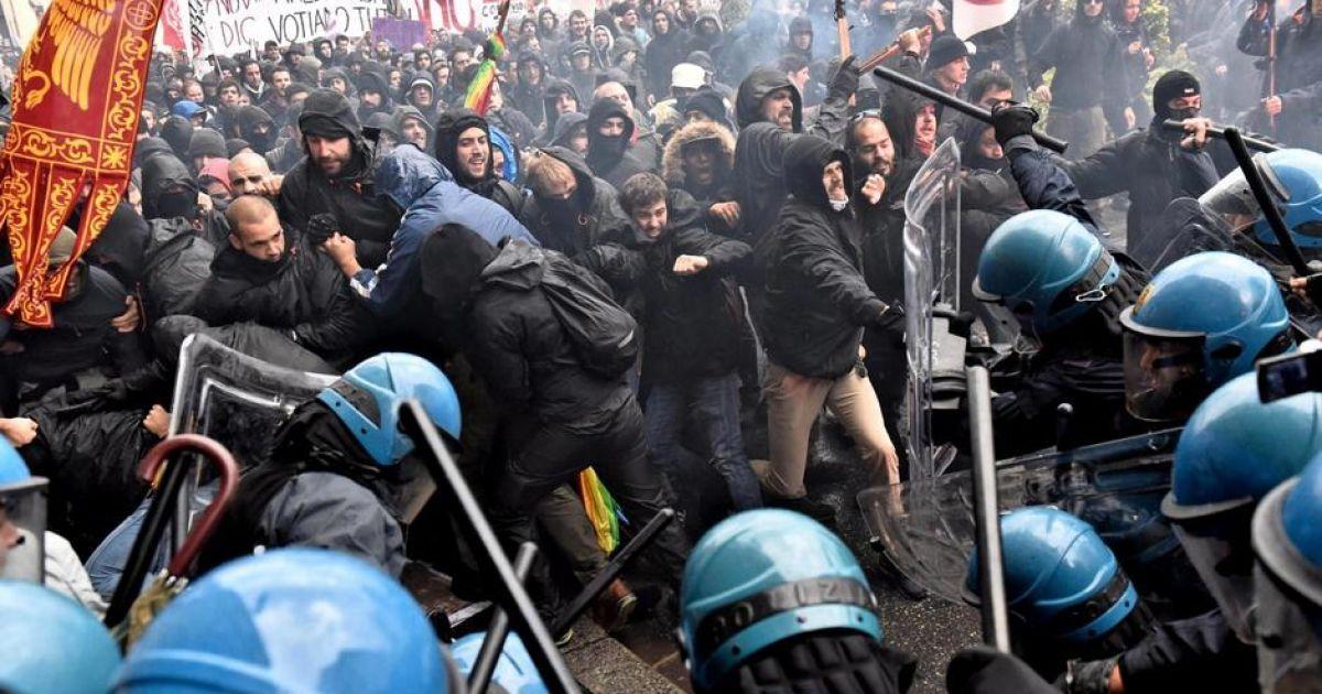 Димові шашки і каміння: у Флоренції антиурядова демонстрація закінчилася сутичками з поліцією