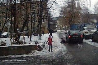 У Чебоксарах дівчинка на санках влетіла під колеса авто та дивом вижила