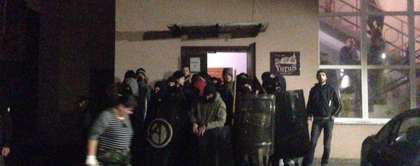 """Во Львове под взрывы петард произошли столкновения между активистами """"Правого сектора"""" и анархистами"""