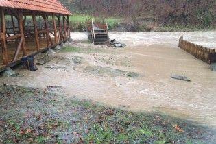 Закарпаття попередили про подальший підйом води у річках