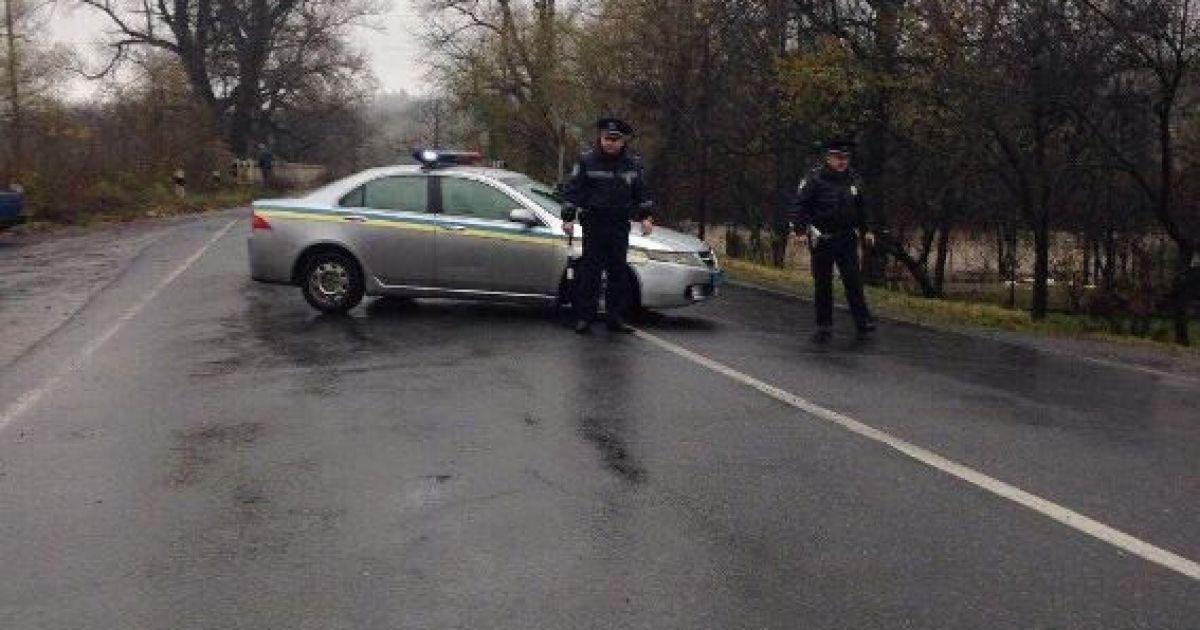 Поліція перекрила дорогу на в'їзді у село Пасіка