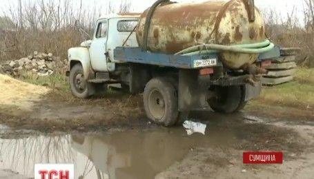 Неуловимый загрязнитель: в селе на Сумщине влиятельный бизнесмен сливает нечистоты возле огородов и домов