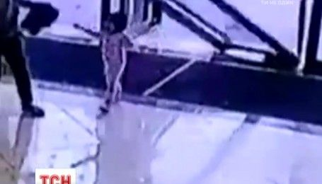 У Китаї трирічна дитина дивом вижила після падіння на неї скляних дверей
