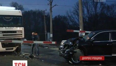 В Кривому Розі елітний позашляховик заблокував рух поїздів
