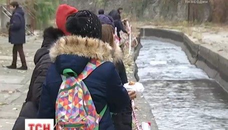 На берегу Лыбеди развернули химическую лабораторию для школьников, чтобы привлечь внимание к состоянию реки
