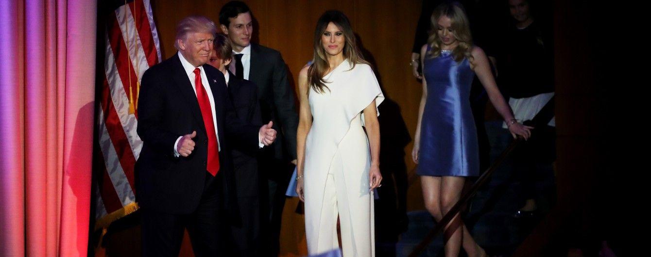 Жена Дональда Трапма пришла на выступление мужа в стильном комбинезоне