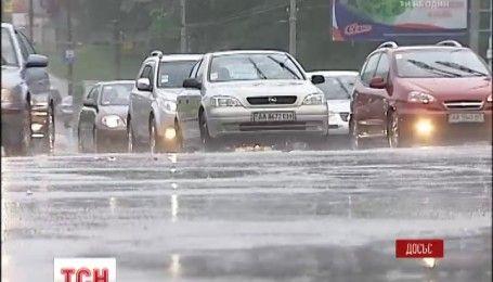 Синоптики попередили про зливи і потужний вітер у більшості областей України