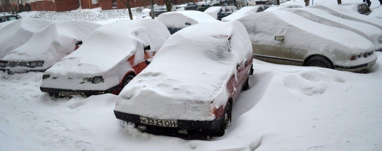 Снігопади паралізували Україну: нерозчищені дороги та скасовані заняття в школах