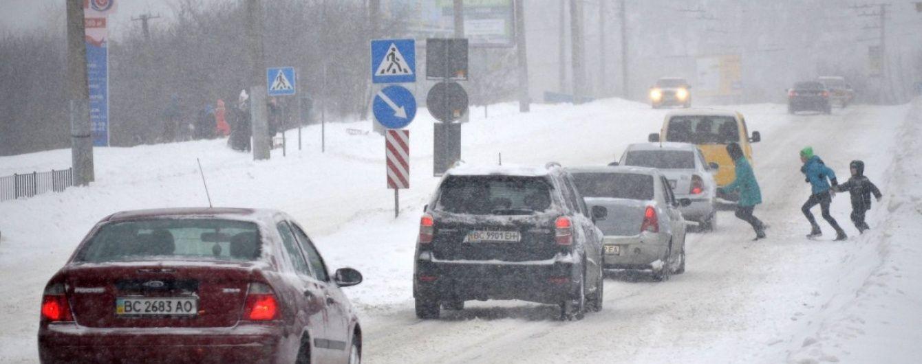 У Львові через сніг зійшов із рейок трамвай