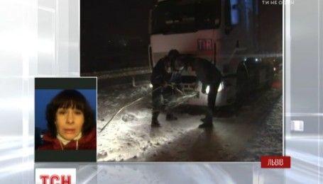Всю ночь спасатели Львовщины вытягивали грузовики и легковушки, застрявшие из-за непогоды