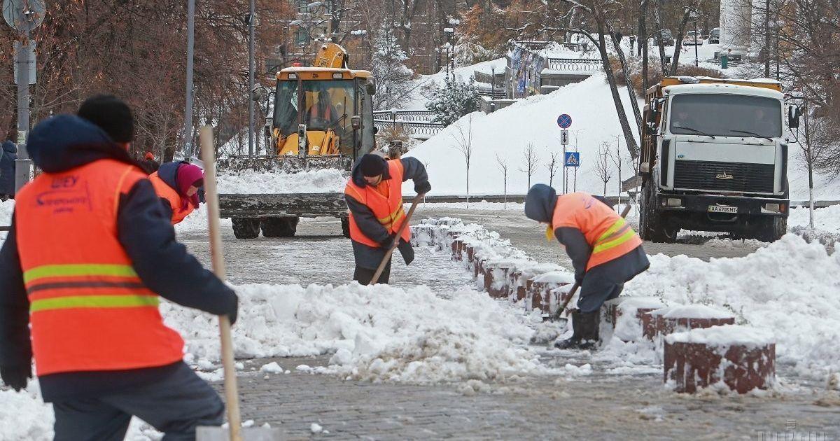 В Киеве коммунальщики под снегом бросились укладывать асфальт