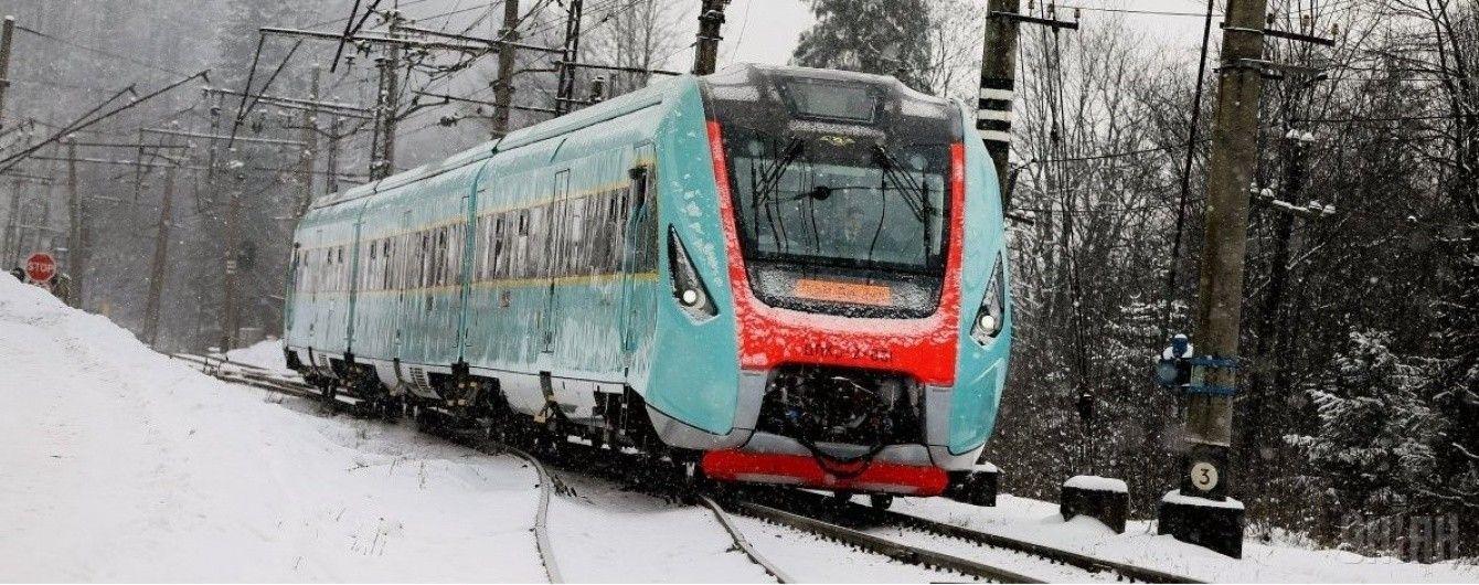 """""""Укрзалізниця"""" призначила близько 20 додаткових потягів до новорічних свят"""