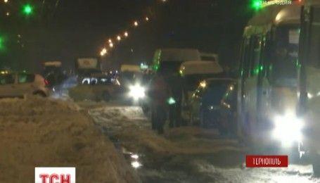 Километровые пробки образовались на двух заездах в Тернополь