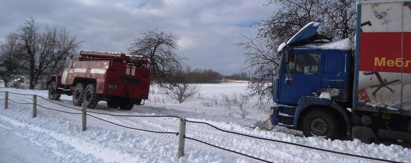 Погодный апокалипсис: на западе Украины десятки населенных пунктов остаются заметенными снегом
