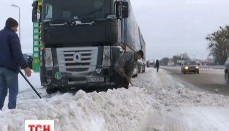 Обережно, ожеледиця: на дорогах України утворилися кілометрові затори через негоду