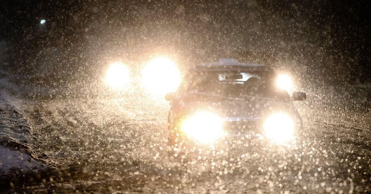 В Киеве водителей предупредили об обледенелых дорогах и призвали убирать авто с обочин