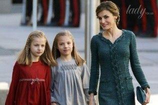 Королева Летиция в изящном платье вышла в свет с дочками