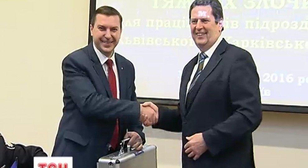 Українські криміналісти отримали десятки валіз з новим надсучасним  устаткуванням 0544c6102cfd8