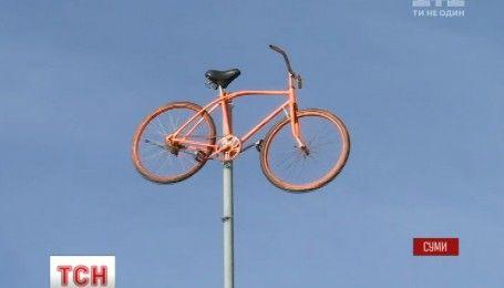Сумські активісти почепили велосипед на флагштоці під стінами мерії