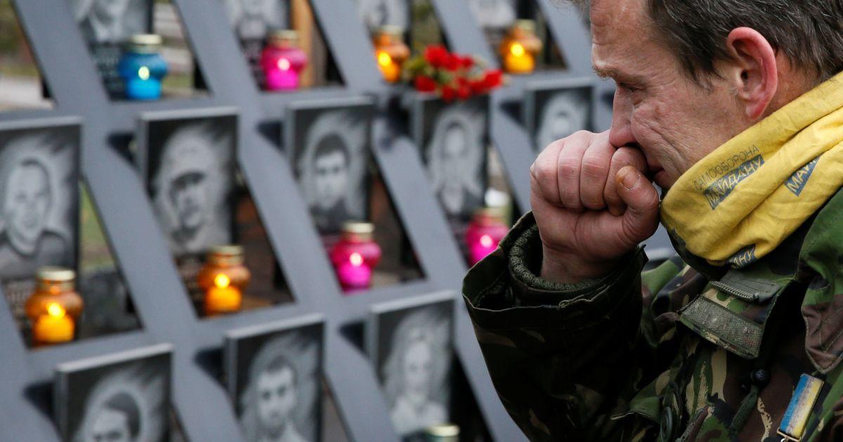 Люди вшановують пам'ять героїв Небесної сотні