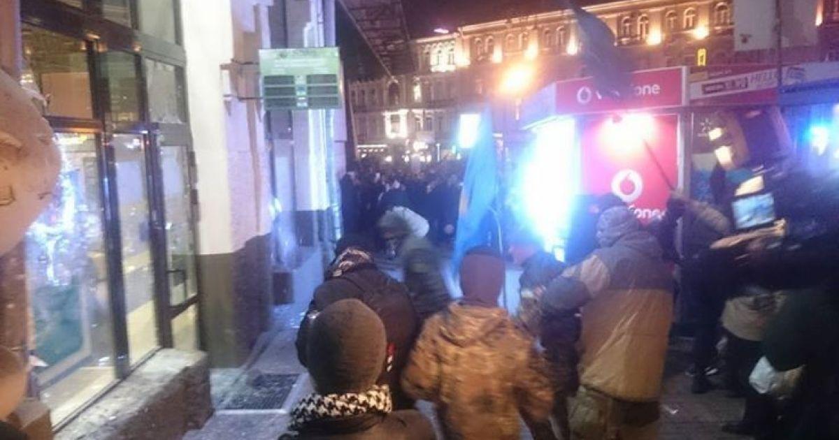 Протестующие разбили витрины Сбербанка в центре Киева