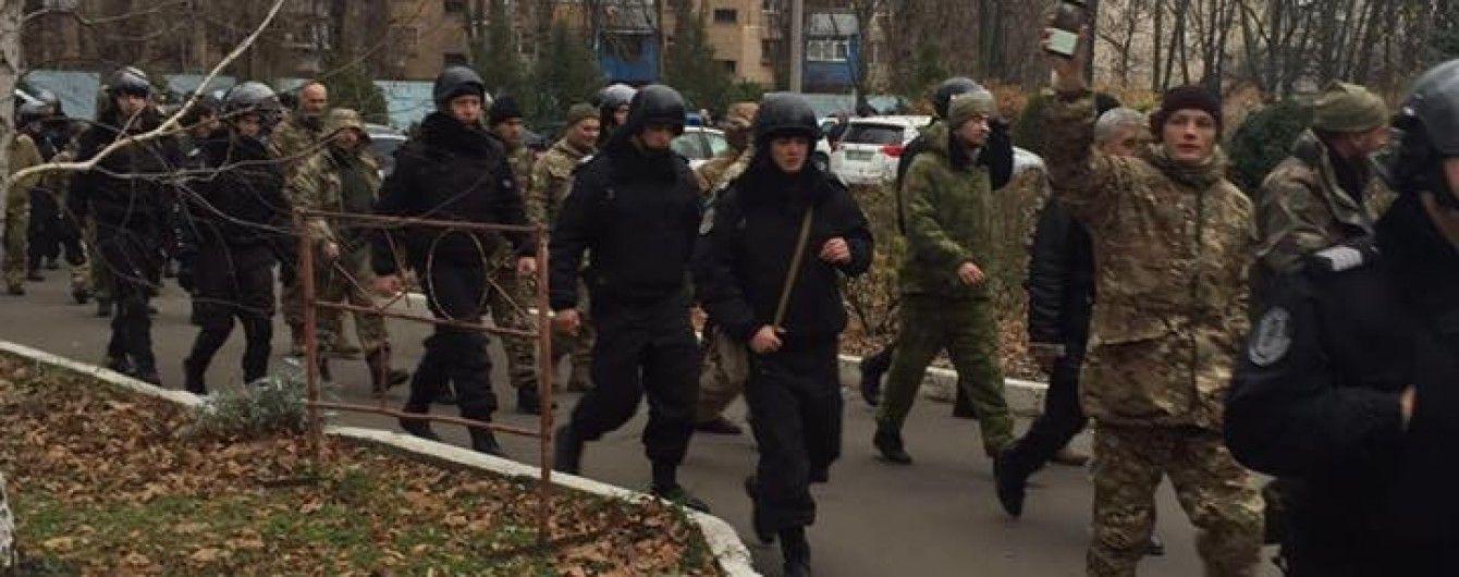 В Одесі молодики у камуфляжі вдерлися до будівлі митниці і розгромили кабінет