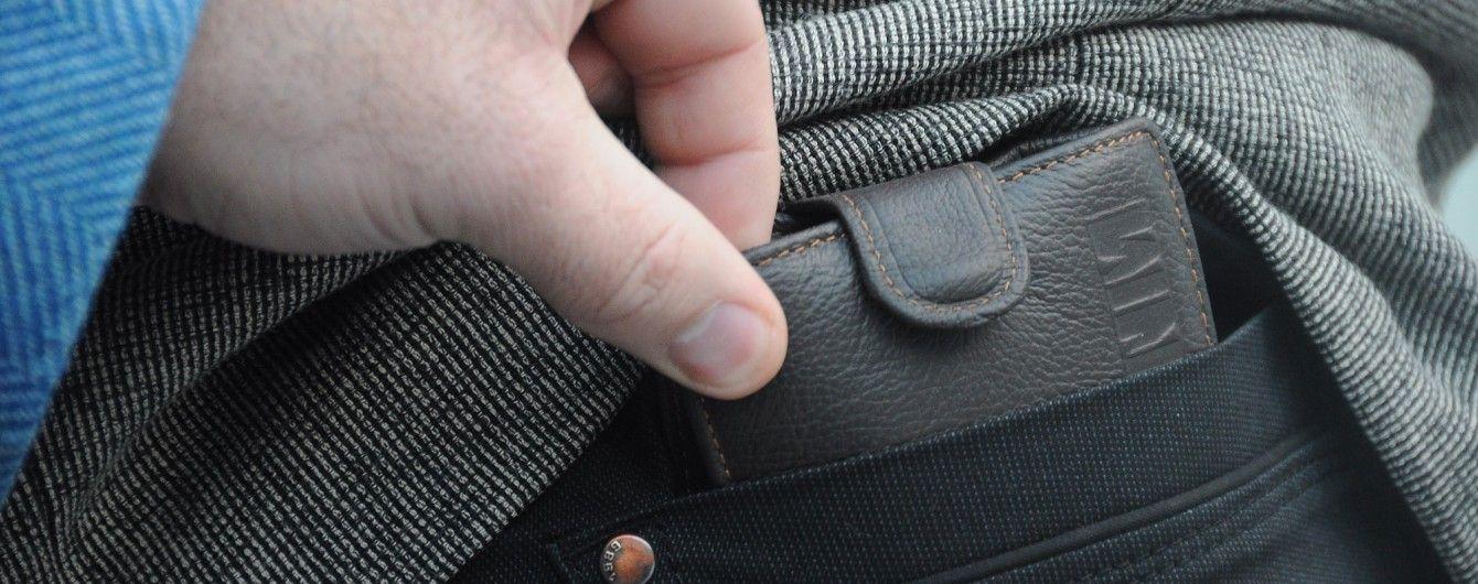 Задня кишеня-чужа кишеня: ТСН нагадала, як вберегтись від злодіїв