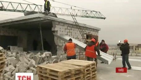 У центрі Києва розпочали демонтаж незаконних надбудов над Будинком профспілок