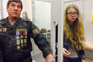 Депутат приковал себя наручниками к националистке Заверухе в суде