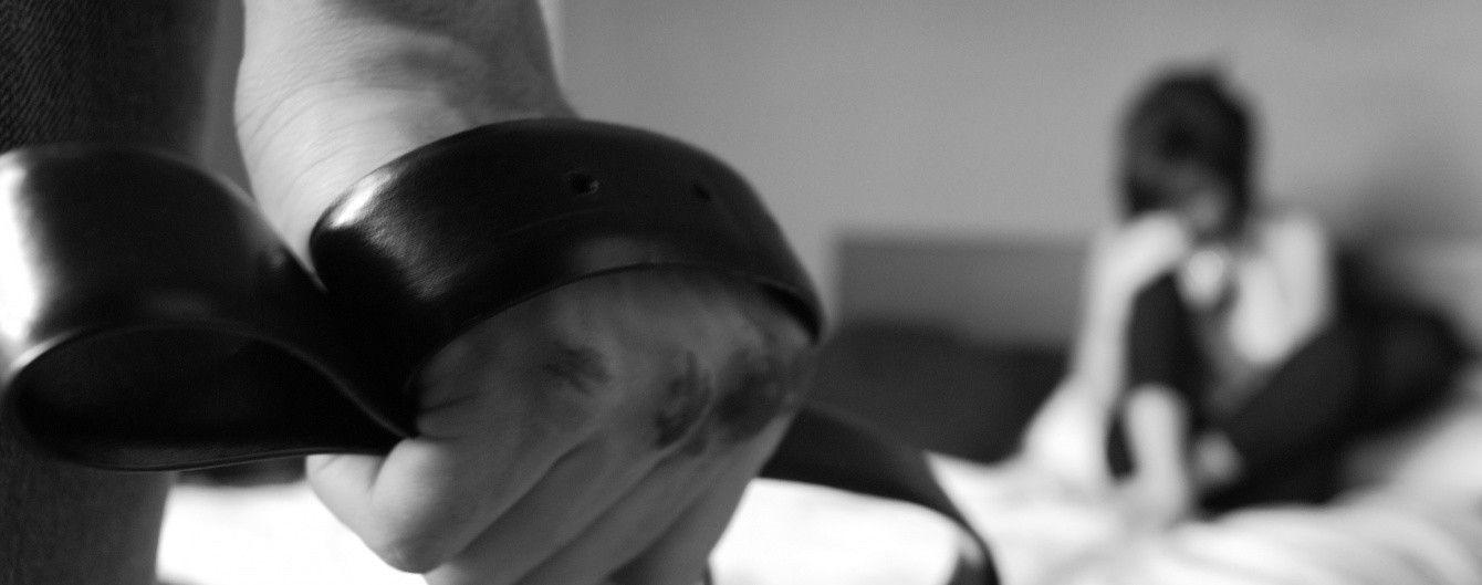 На Закарпатті чоловік катував вагітну дружину та відтяв їй палець на очах у дітей