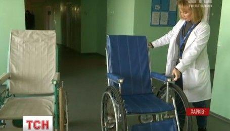 В Харькове реставраторы взялись восстанавливать старые тележки и каталки для кардиоцентра
